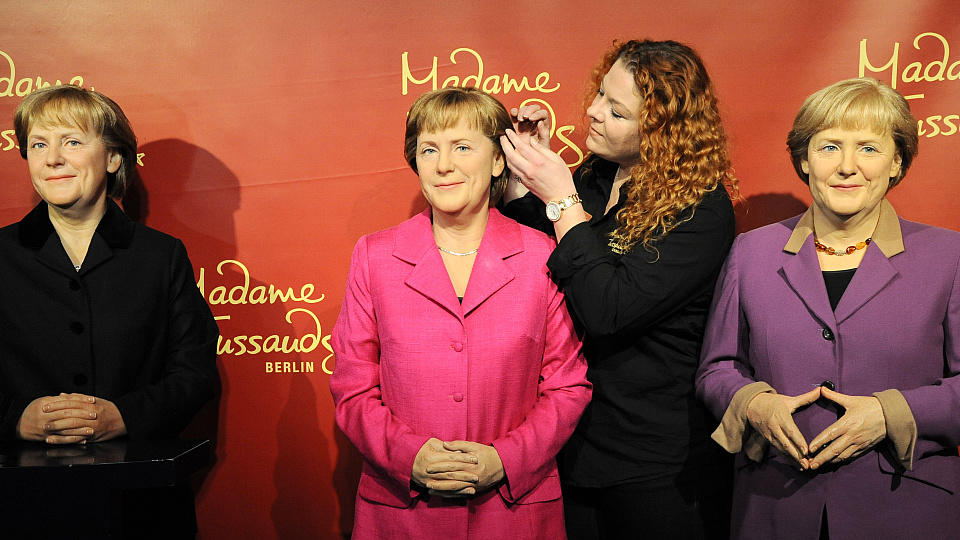 angela merkel gibt es bei madame tussauds in berlin dreimal. Black Bedroom Furniture Sets. Home Design Ideas