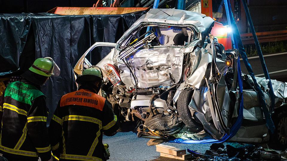 Bilder des Grauens auf A1: Lkw rast in Stauende - vier Tote