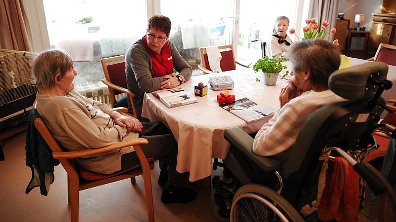 pflegebericht alte menschen an bett und rollstuhl gefesselt. Black Bedroom Furniture Sets. Home Design Ideas
