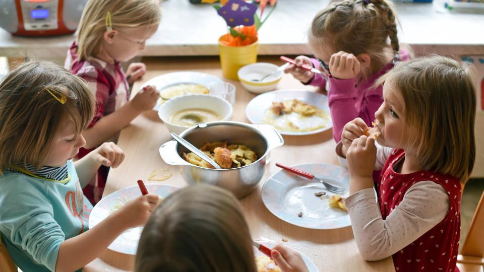 schock f r kinder und erzieher verdorbenes essen bringt kinder zum erbrechen. Black Bedroom Furniture Sets. Home Design Ideas