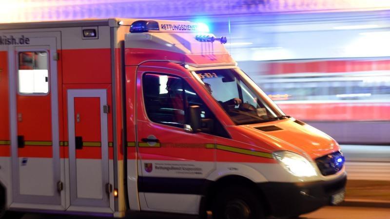 A61 bei Mönchengladbach Golf überschlägt sich: 19-Jährige tot, Baby im Krankenhaus