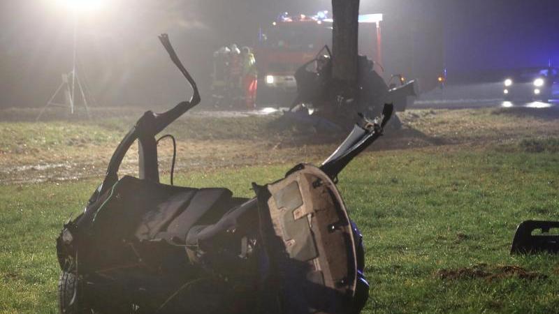 Mit Tempo 150 gegen Baum: Vier Jugendliche sterben