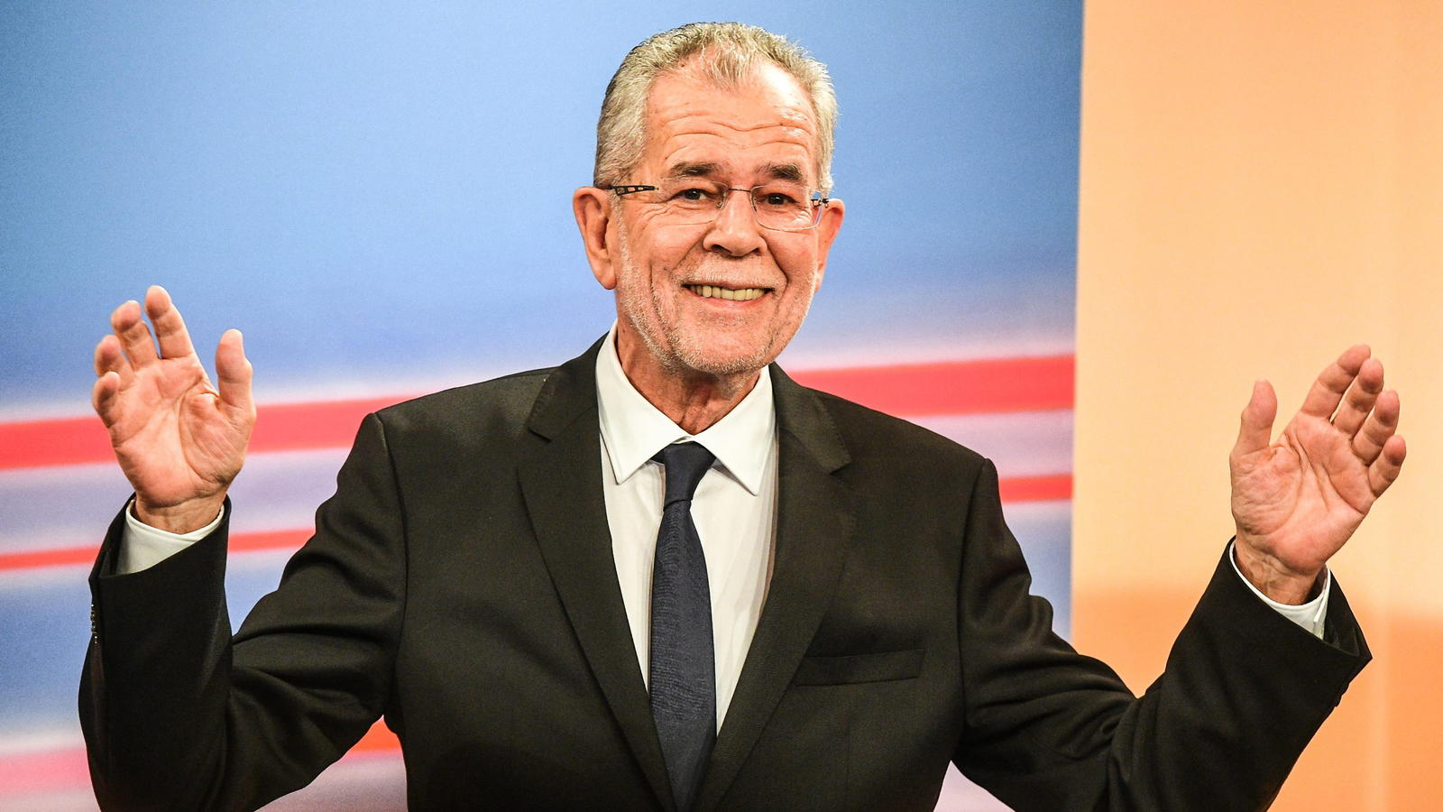 epa05659942 Austrian presidential candidate and former head of the Austrian Green Party, Alexander Van der Bellen gestures at a TV interview at the Hofburg palace after polls closed in the re-run of the Austrian presidential elections run-off in Vien