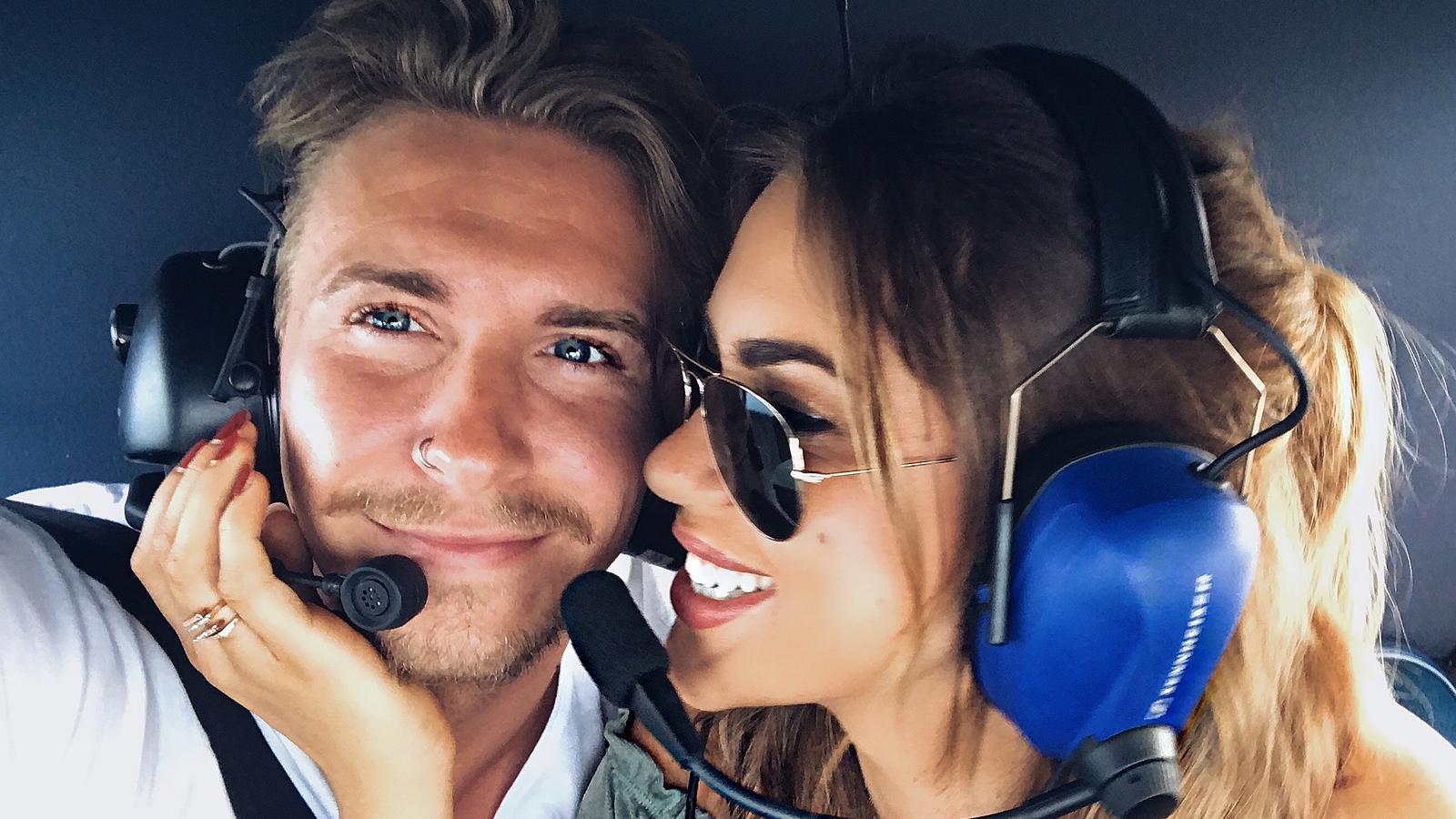 David und Jessica genießen ihren Helikopter Flug und kommen sich immer näher