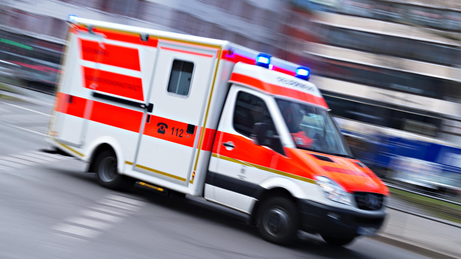 Einjährige stirbt, als Auto in Fußgängergruppe auf Gehweg rast
