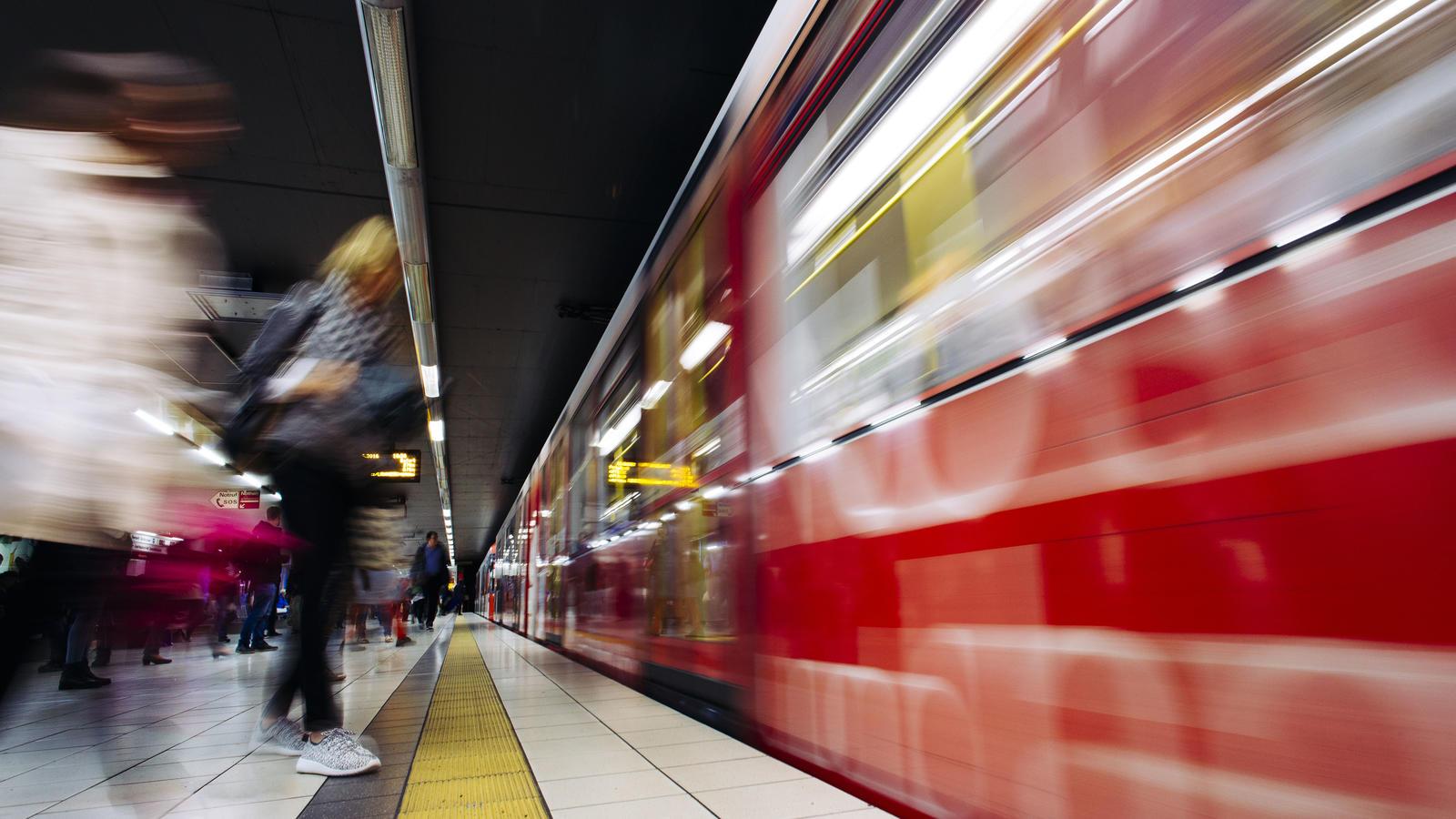 Attacke am Bahnsteig - 18-Jährige vor Bahn geschubst