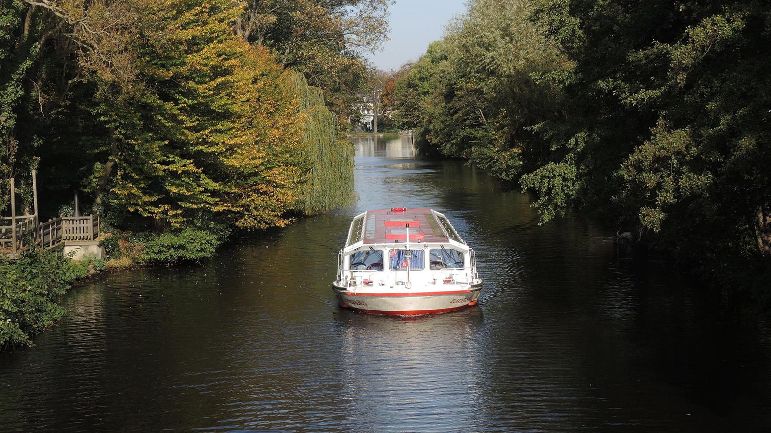 Hamburg auf einem Kanal der Außenalster