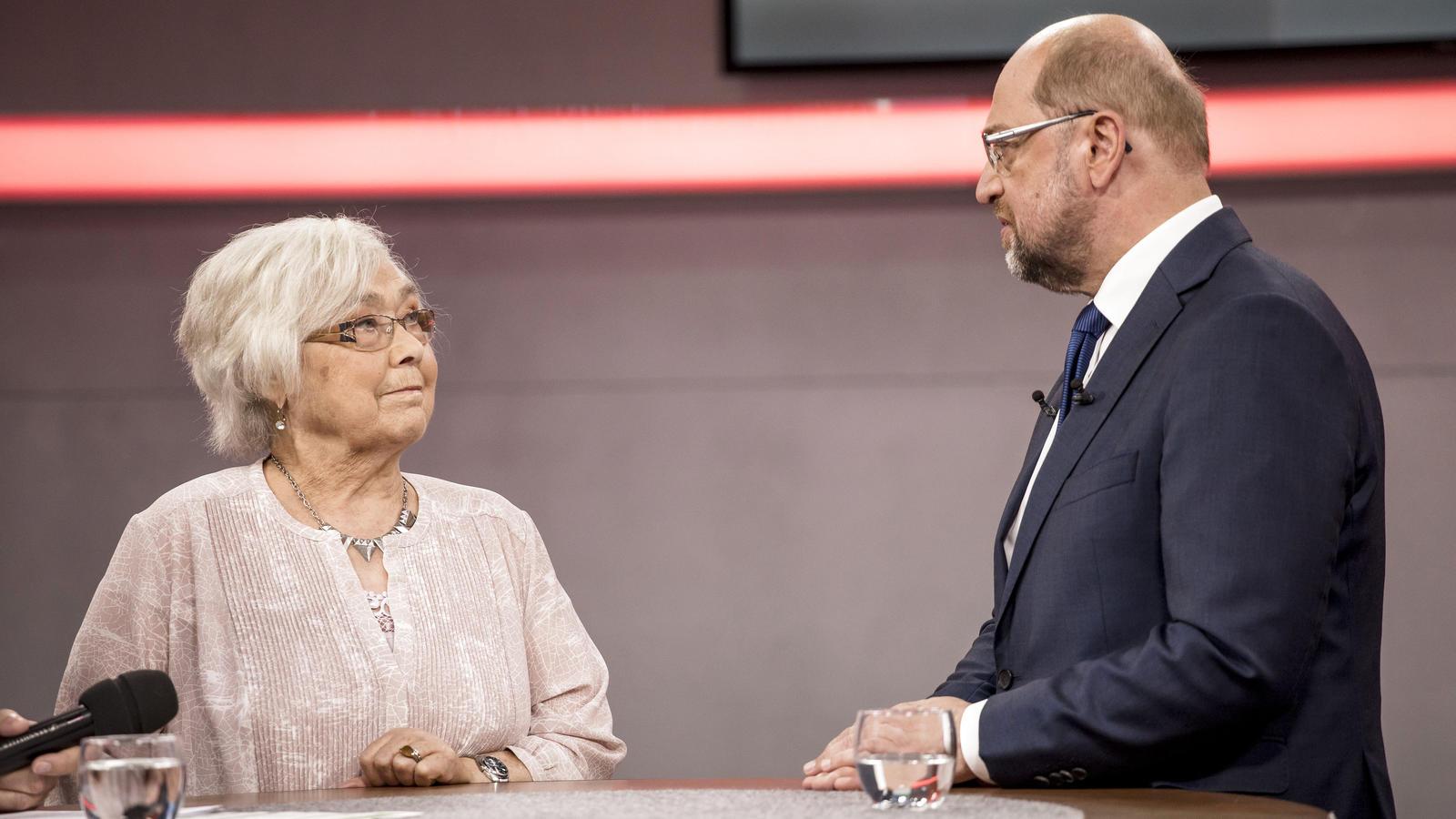 Martin Schulz beantwortet Fragen von Bürgern im Townhall-Meeting
