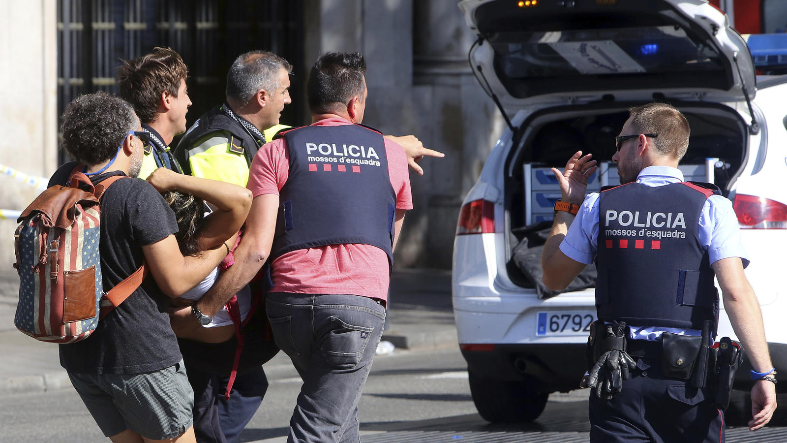 Barcelona eine verletzte Frau über die Straße. Auf der Flaniermeile Las Ramblas ist ein Lieferwagen in eine Menschenmenge gerast. Es hat Tote und Verletzte gegeben. Die Polizei bestätigte inz