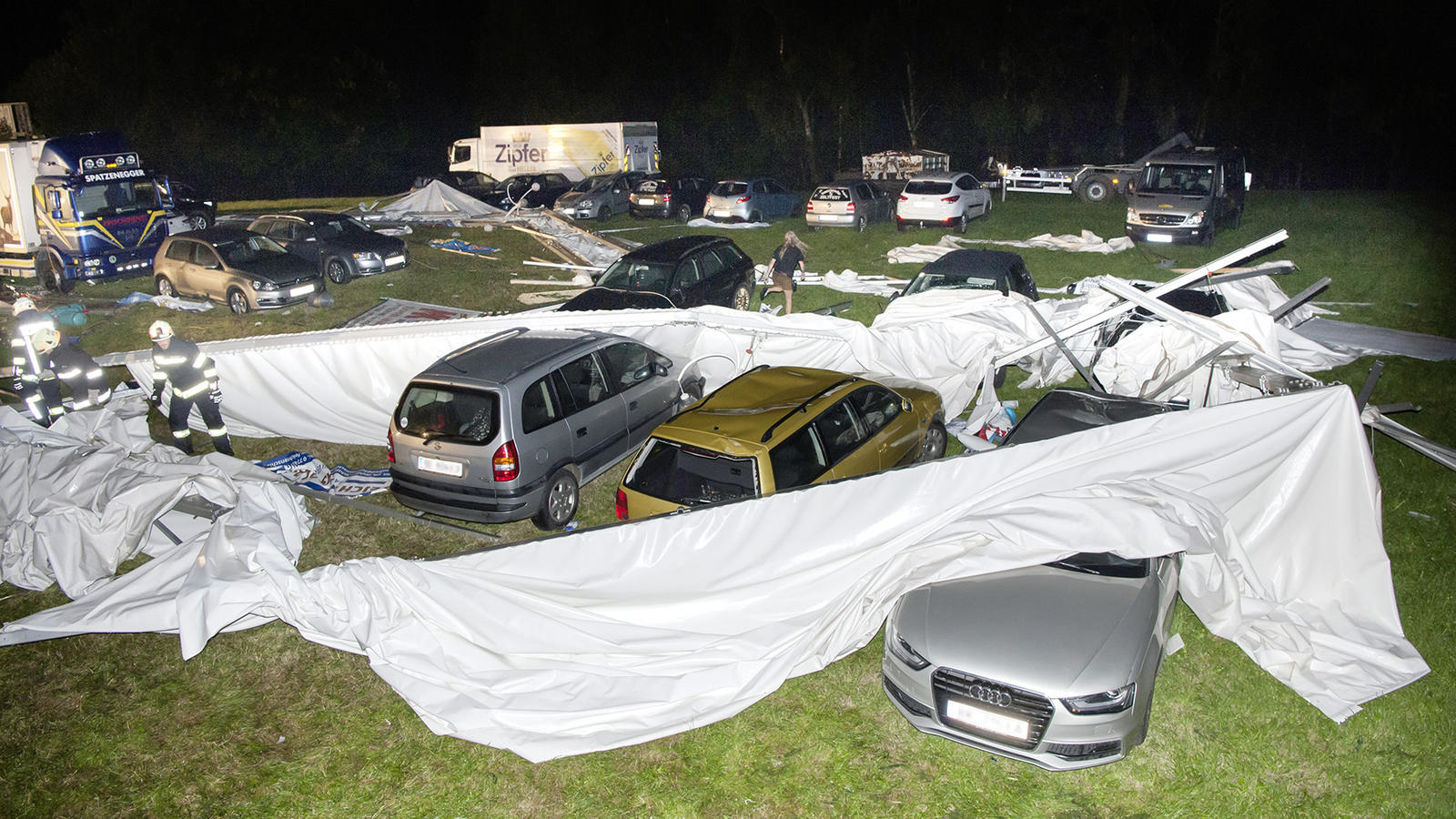 St. Johann am Walde auf Autos auf dem benachbarten Parkplatz. Bei dem Einsturz starben zwei Menschen