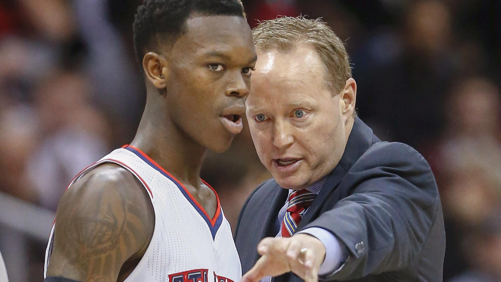 ARCHIV- epa04539110 Atlanta Hawks head coach Mike Budenholzer speaks with Atlanta Hawks guard Dennis Schroeder of Germany during a timeout against the Los Angeles Clippers in the second half of their NBA basketball game at Philips Arena in A