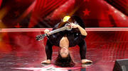 Lucky Franco spielt kopfüber Gitarre