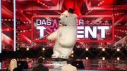 """""""Eisbär"""" Pavel Fadzeyeu bringt die Jury zum Lachen"""