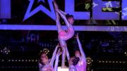 Die Showgirls liefern eine perfekte Bühnenshow