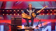 Musiker Pierre überzeugt gleich mit drei Gitarren