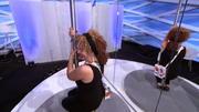 Sana versucht sich am Pole-Dance