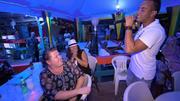 René, Ruben & Tobias proben in einer Karaoke-Bar