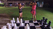 Zwei Damen spielen Dame