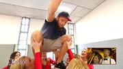 Julius Brink hebt beim Cheerleading ab