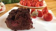 Brownie-Erdbeer-Kuchen mit dekorierten Erdbeeren