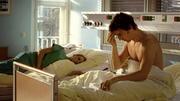Gretchen wacht mit Marc im Krankenzimmer auf