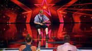 Karl-Heinz kriegt von der Jury eins hinter die Löffel
