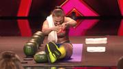 Olga zerquetscht Wassermelonen mit den Beinen