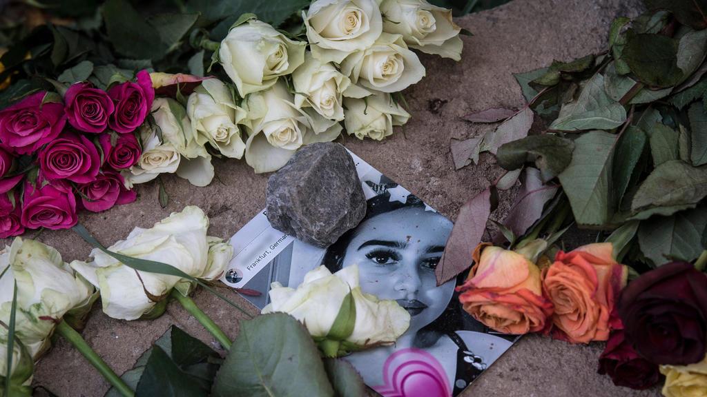 08.06.2018, Hessen, Wiesbaden: Blumen liegen neben und auf einem Foto in der Nähe des Leichenfundortes von Susanna F. Die 14-jährige wurde Opfer eines Sexualdeliktes. Der mutmaßliche Täter hat sich in sein Heimatland Irak abgesetzt. (KEINAUSSCHNITT)