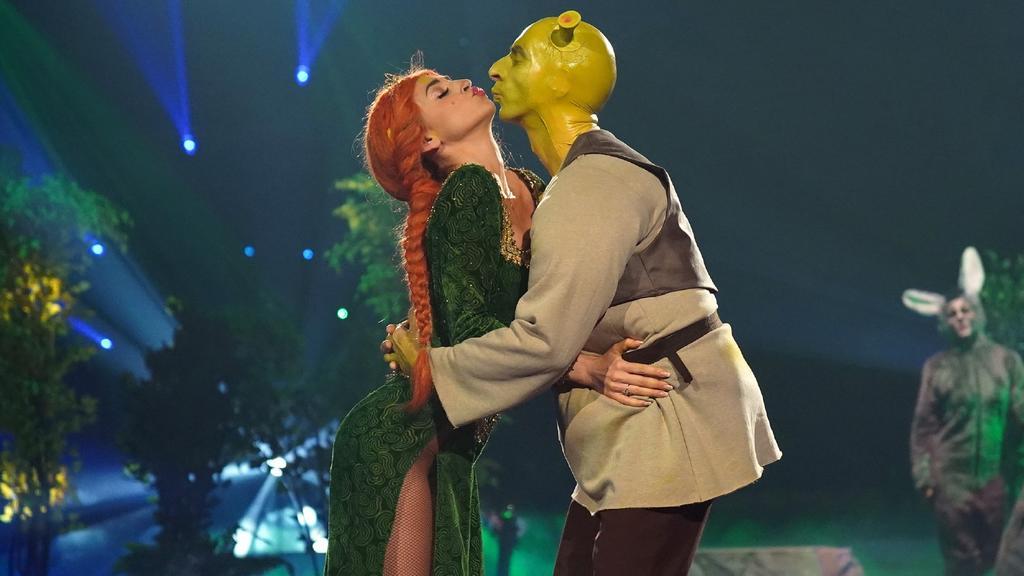 "Ingolf Lück und Ekaterina Leonova tanzen Freestyle zu einem ""Shrek""-Medley"