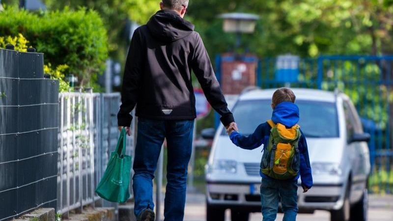 Viele Kinder sind zufrieden mit ihrem Vater. Laut einer Umfrage bekommen Söhne und Töchter genügend Zuwendung von ihm. Foto: Lukas Schulze