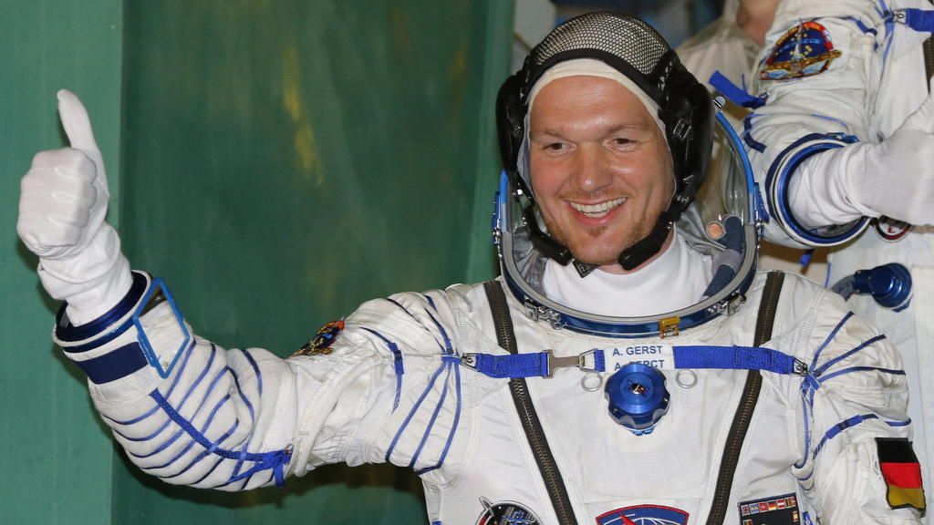 "ARCHIV - 28.05.2014, Kasachstan, Baikonur: ESA-Astronaut Alexander Gerst gestikuliert vor dem Start zur Mission zur  ISS. (zu dpa: ""«Astro-Alex» Superstar - ISS-Commander mit besonderer Mission"" vom 05.06.2018) Foto: Dmitry Lovetsky / Pool/AP POOL/dp"