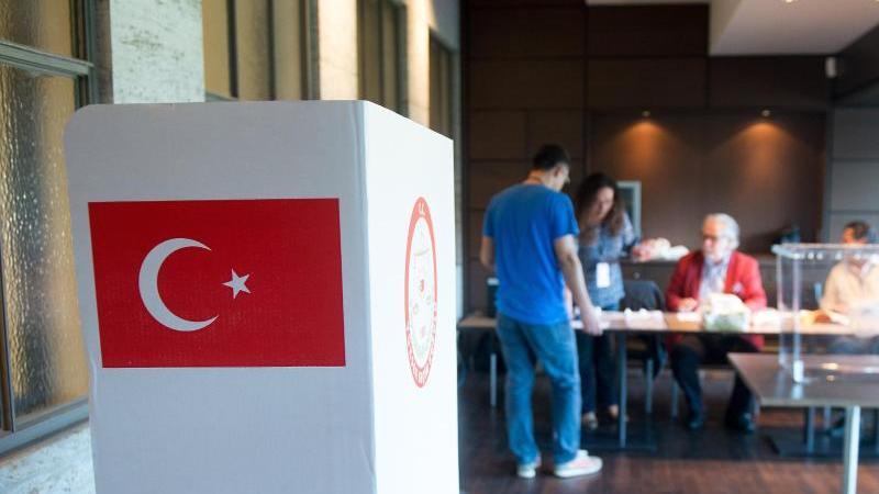 Wahlhelfer bereiten ein Wahllokal vor. Foto: Maurizio Gambarini/Archiv