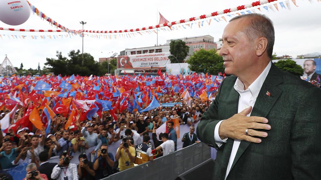 18.06.2018, Türkei, Samsun:Recep Tayyip Erdogan, Präsident der Türkei, spricht während einer Wahlkampfveranstaltung zu Unterstützern seiner islamisch-konservativen Regierungspartei AKP. In der Türkei finden am 24. Juni Parlaments- und Präsidentschaf