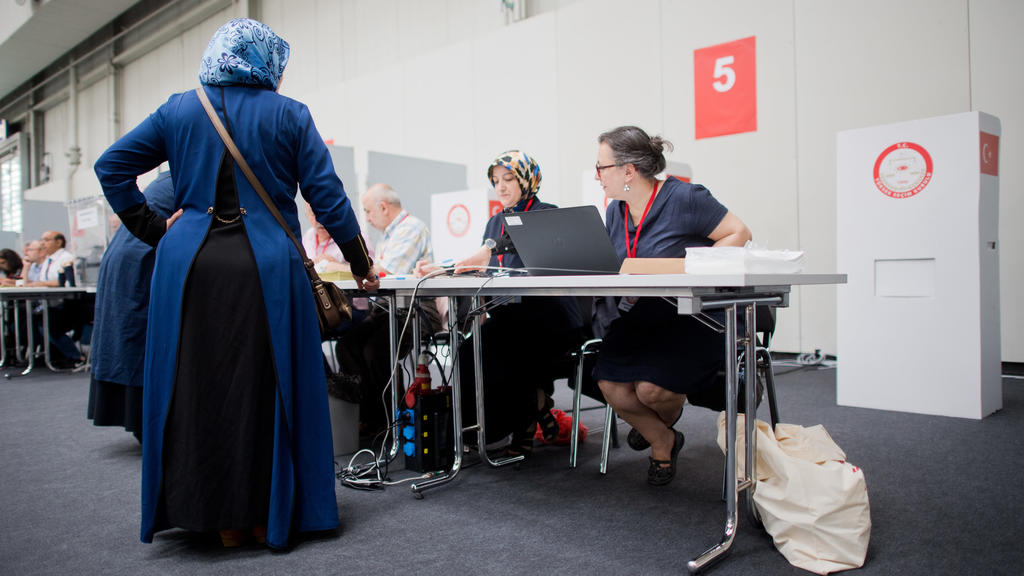 07.06.2018, Niedersachsen, Hannover: Wahlberechtigte stehen vor der Stimmabgabe in der Halle 21 auf dem Messegelände. Für die Wahl am 24. Juni in der Türkei können in Norddeutschland lebende Türken ihre Stimme wieder auf dem Messegelände in Hannover