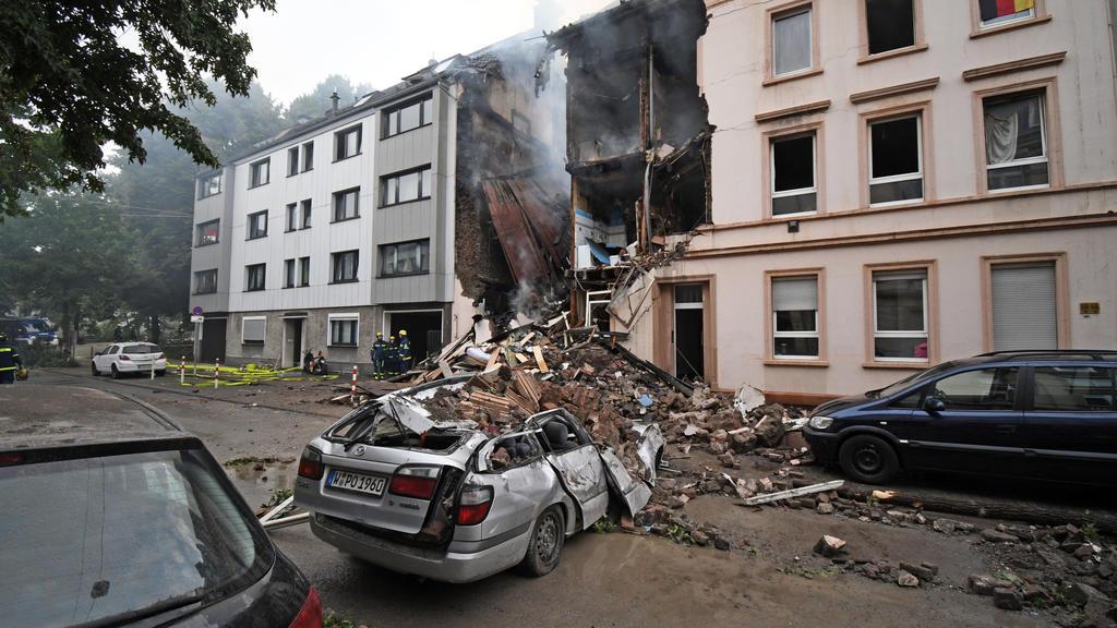 dpatopbilder - 24.06.2018, Nordrhein-Westfalen, Wuppertal: Die Trümmer eines Hauses, in dem es in der Nacht eine Explosion gegeben hat, liegen auf der Straße. Bei einer Explosion in einem Wohnhaus in Wuppertal sind 24 Menschen verletzt worden. Foto: