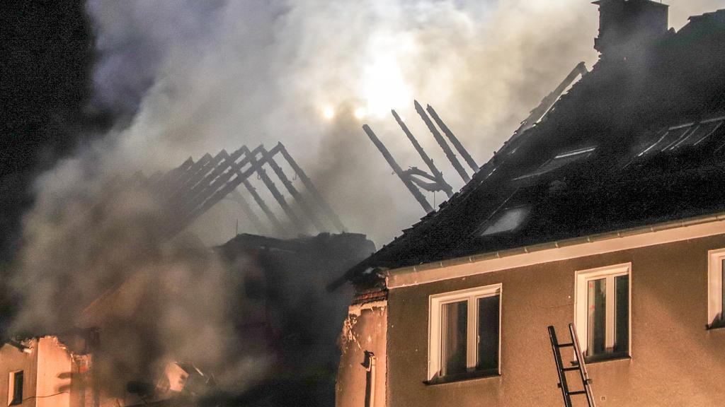 24.06.2018, Nordrhein-Westfalen, Wuppertal: Dichter Rauch steigt aus den Trümmern eines zum Teil eingestürzten Wohnhauses. Bei einer Explosion in dem Gebäude sind 24 Menschen verletzt worden. Foto: Claudia Otte/dpa +++ dpa-Bildfunk +++