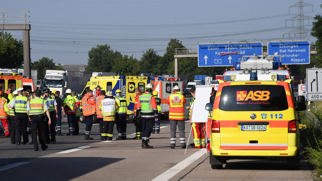 Rettungskräfte am Einsatzort etwa 500 Meter vor der Anschlussstelle Ettlingen Richtung Basel.