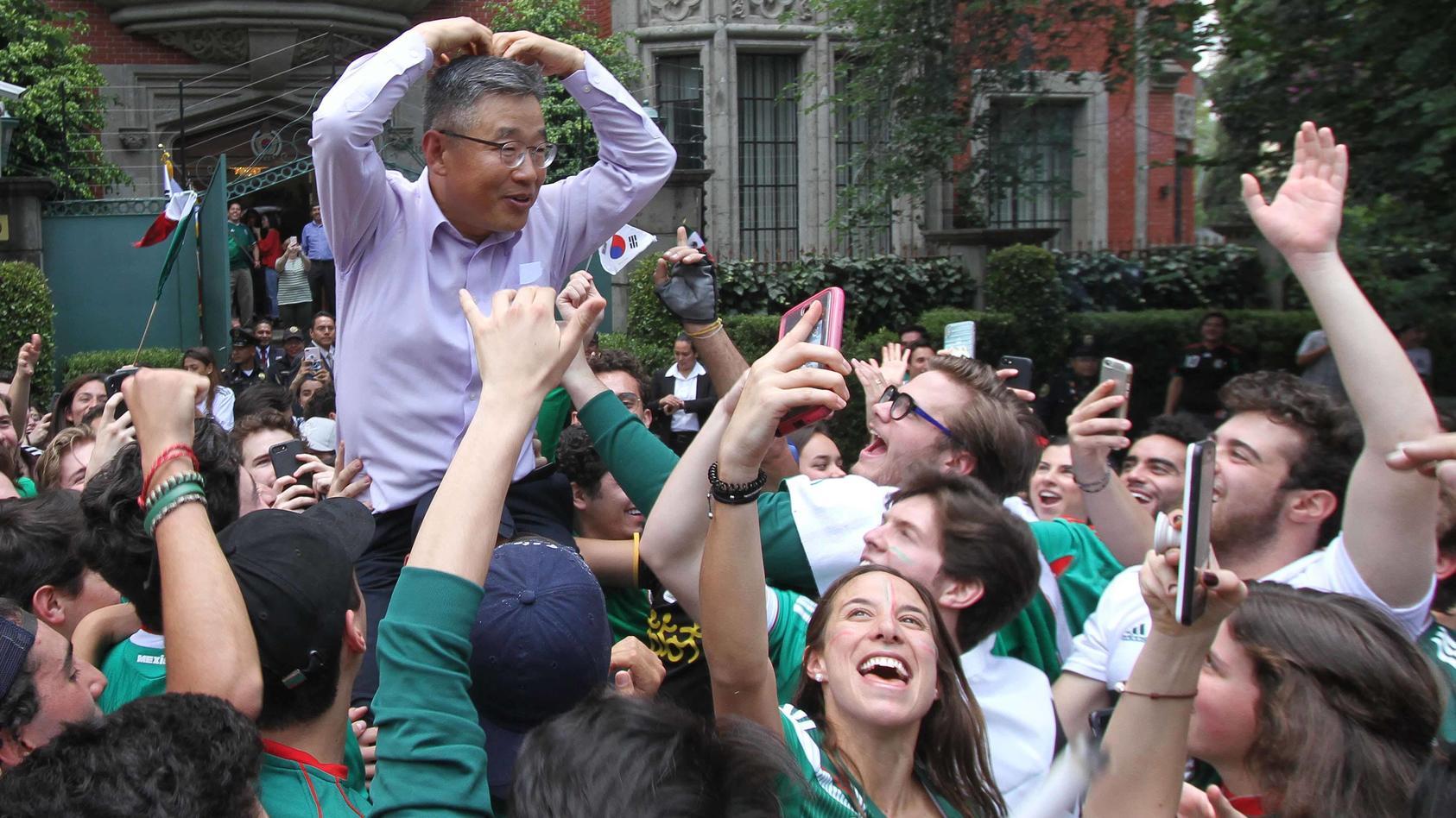 In Mexiko-City feierten die Fans vor der koreanischen Botschaft und trugen Botschafter Byoung durch die Straßen.
