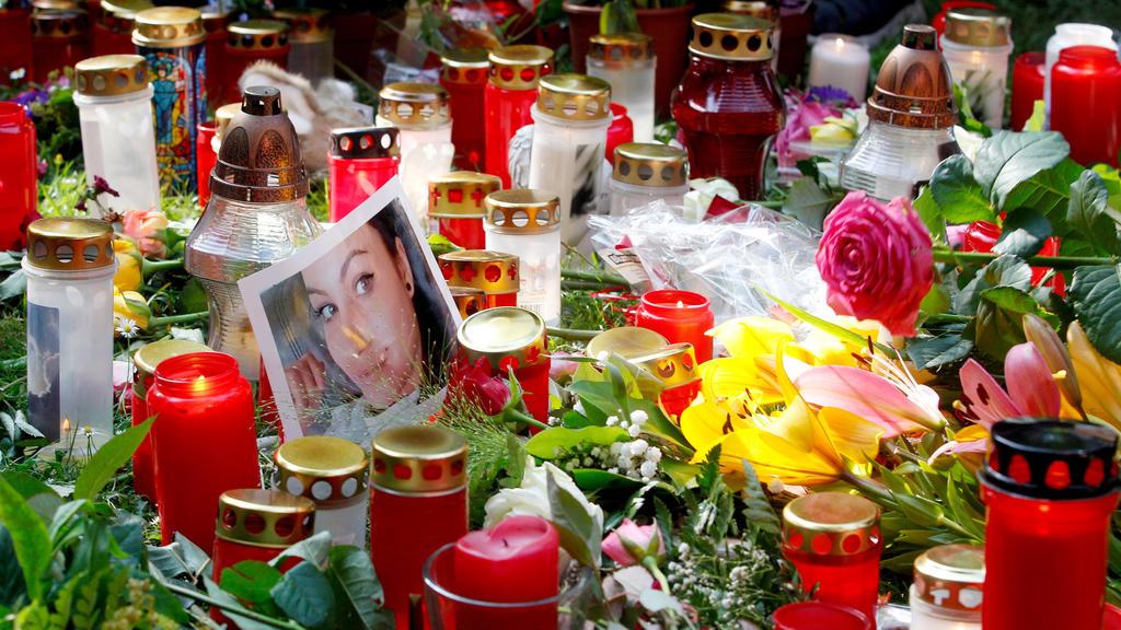 15.06.2018, Nordrhein-Westfalen, Viersen: Mehrere hundert Menschen haben nach einem Trauermarsch für das 15-jährige  erstochene Viersener Mädchen Blumen und Kerzen abgelegt. Dazwischen ist ein Foto des Opfers. Das Mädchen wurde mutmaßlich von ihrem