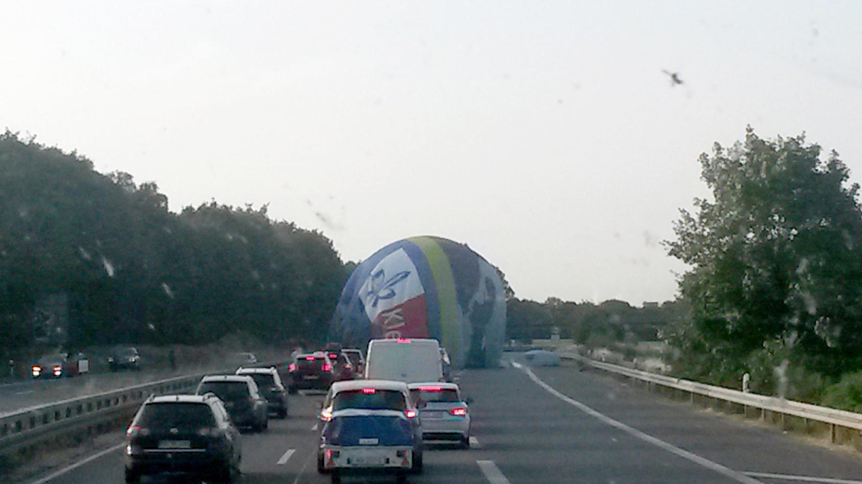 In Viersen musste ein Heißluftballon auf der A61 notlanden.