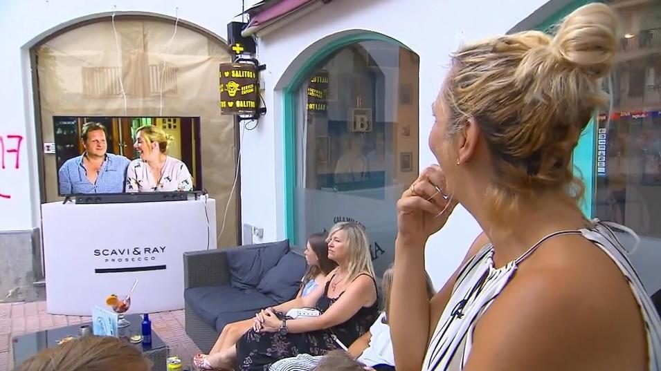 Daniela Büchner schaut sich gespannt die erste Sommerhaus-Folge an.