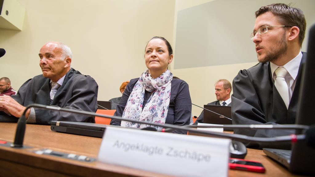 03.07.2018, Bayern, München: Die Angeklagte Beate Zschäpe sitzt im Gerichtssaal des Oberlandesgericht zwischen ihren Anwälten Hermann Borchert (l) und Mathias Grasel (r). Im Münchner NSU-Prozess werden Zschäpe und vier mitangeklagte mutmaßliche Helfe