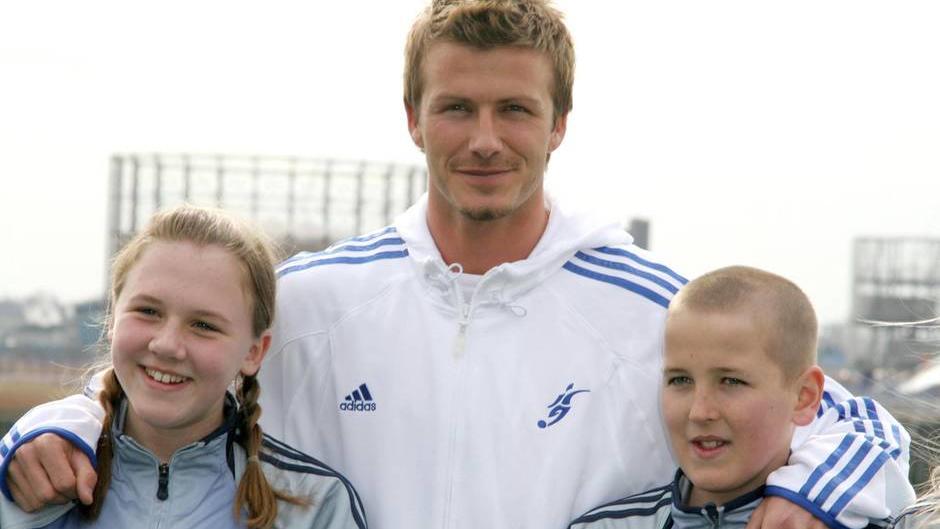 Harry Kane (r.) in jungen Jahren mit David Beckham und Kanes heutiger Frau Katie Goodland (l.)