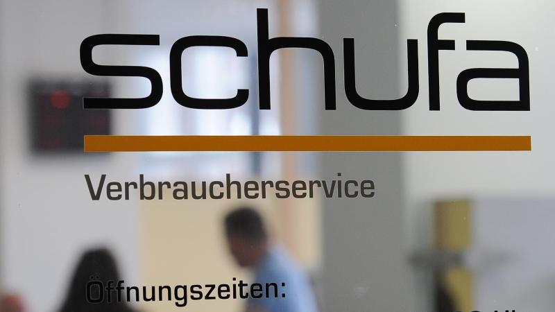Die Verbraucher in Deutschland lassen sich vom Zinstief einer Studie zufolge nicht zu übermäßigen Schulden verführen. Foto: Jens Kalaene
