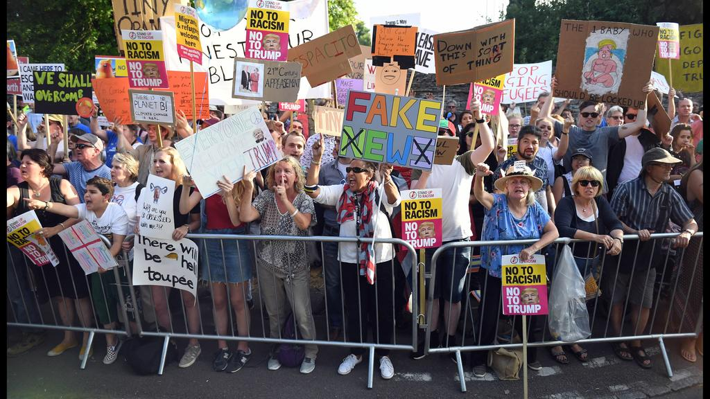 . 12/07/2018. Blenheim Palace, United Kingdom. Theresa May Host President Trump. Protesters outside Blenheim Palace as Britain s Prime Minister Theresa May and her husband Philip, host the President of the United States of America Donald Trump and hi