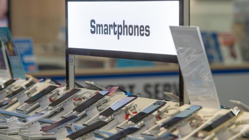 """Bucht man heute einen Kombivertrag mit Smartphone, zahlt man meistens drauf. Günstiger ist es, das Smartphone seperat zu kaufen. Das hat """"Finanztip.de"""" herausgefunden. Foto: Armin Weigel"""