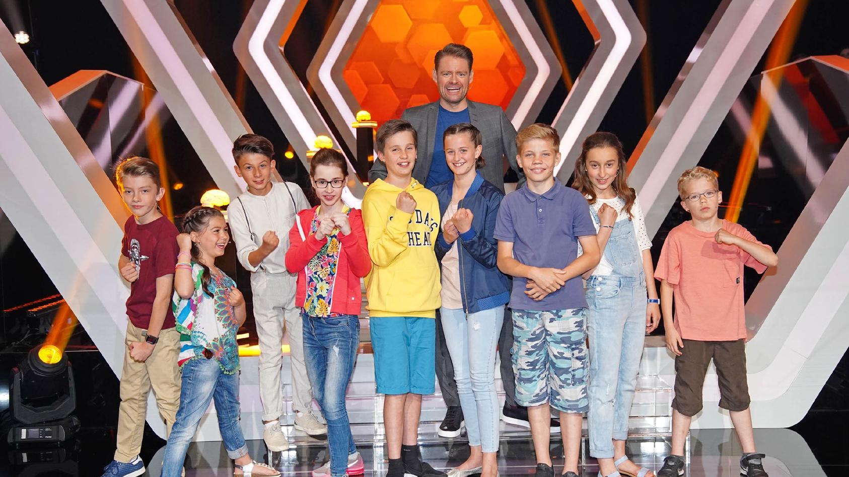 """Max Giermann (h.) moderierte das Kräftemessen bei """"Einstein Junior - Deutschlands cleverste Kids"""""""