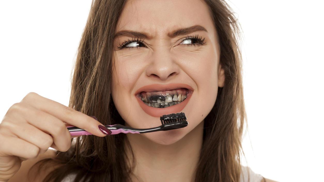 Gelbe Zähne vor und nach dem Abnehmen