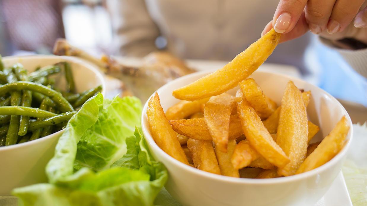 Knusprige, selbstgemachte Pommes ohne Fett zubereiten - das  geht mit einer Heißluft-Fritteuse.