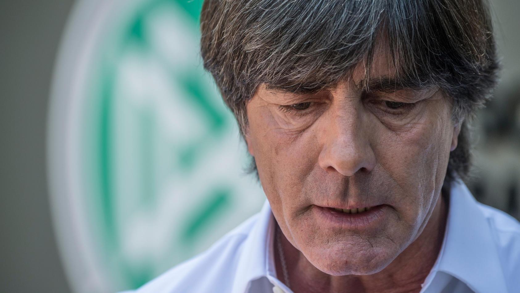 Joachim Löw ist nicht glücklich über die Aussagen, die sein ehemaliger Kapitän Philipp Lahm gemacht hat